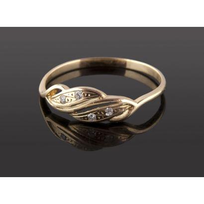 Delicado anillo de oro 18 K con 4 diamantes de 0,01 quilates. Peso: 1,58 gr.