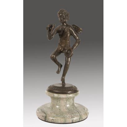 Figura en bronce sobre peana.