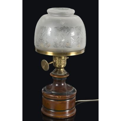 Bonita lámpara de mesa con curiosa base de madera en la que se apoya una pantalla de cristal. 40x17cm.