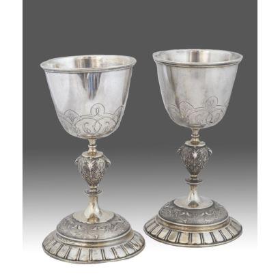 Pareja de cálices realizados en plata de ley 800, con pie circular y nudo de jarrón, presenta decoración vegetal. PPios. S.XX. Altura: 22cm.
