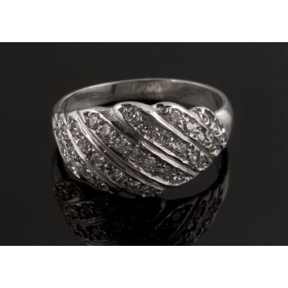 Anillo de oro blanco de 18K con pavé de diamantes talla brillante. Total aproximado: 0,45 quilates. Peso: 3,8 gr. Nuevo a estrenar.