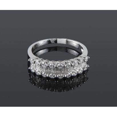 Sortija de oro blanco con hilera central de diamantes en talla princesa flanqueados por dos hileras de brillantes, suman en total 0,87cts.