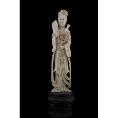 Bonita figura tallada en marfil con gran detallismo, representa a una geisha sujetando con una mano un pai pai y con la otra flores. Con certificado de antigüedad de la Federación Española de Anticuarios. Altura: 24,5cm.