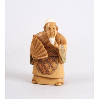 Netsuke tallado en marfil con detalles policromados. China. Firma en base.