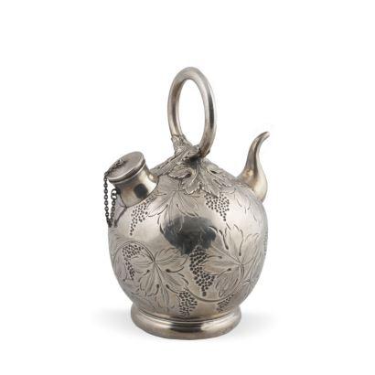 Botijo realizado en plata de ley, con rica decoración de vid en cuerpo. Inscripción en base: CON CARIÑO PACO E HIJOS 1938-1988. Peso: 345g. Medidas: 20x14cm.