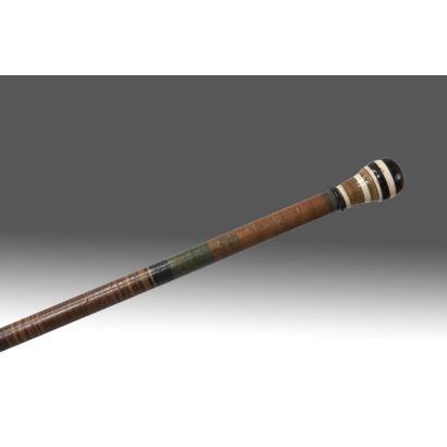 Bastón de mando realizado en asta, con mano de bola formada por franjas de diversos colores. Largo: 90cm.