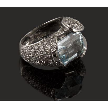 Original anillo de oro blanco de 18k, con aguamarina rodeada por 110 diamantes en pavé (2,75cts). Peso 10,9g.