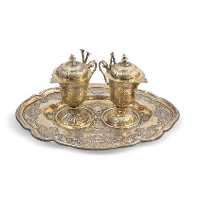 Pareja de vinajeras en plata sobredorada con bandeja, siglo XVIII.