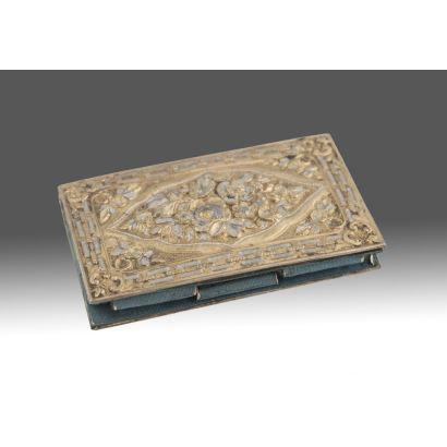 Antiguo carnet de baile con cubiertas realizadas en plata vermeil repujadas con decoración floral, interior con agenda. Presenta desperfectos. Medidas: 9x6cm.