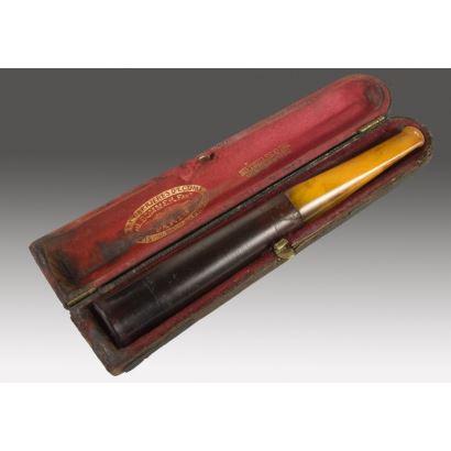 Pipa para fumar antigua con estuche, de la casa J.SOMMER, PARIS, cuenta con inscripción en estuche: MEDAILLES D'OR 1878.1889&1900. 13x2cm.