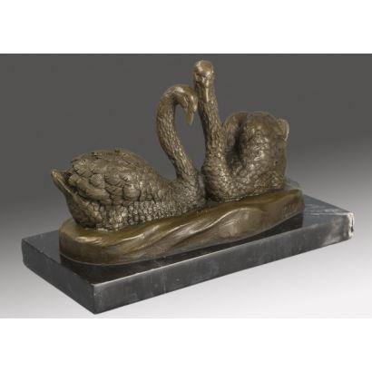 Bella escultura en bronce sobre peana de mármol rectangular