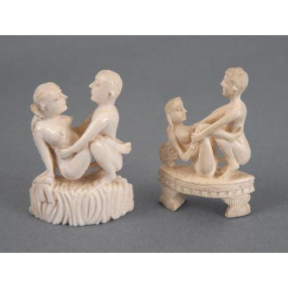 Pareja de figuras eróticas talladas en marfil. Medidas: 5x3,5cm.