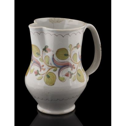 Jarro de cerámica policromada de Manises s.XIX. con bonita decoración vegetal sobre fondo blanco. Leves desperfectos.  Altura: 23cm.