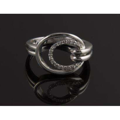 Original anillo de oro blanco de 18K con18 diamantes. Peso: 4,44 gr