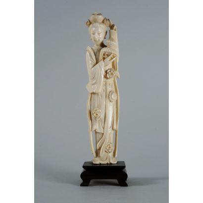Figura tallada en marfil, China, pps. XX.