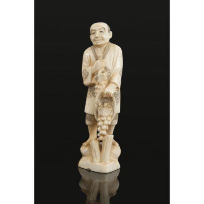 Marfiles. Figura costumbrista tallada en marfil de gran realismo y expresividad.
