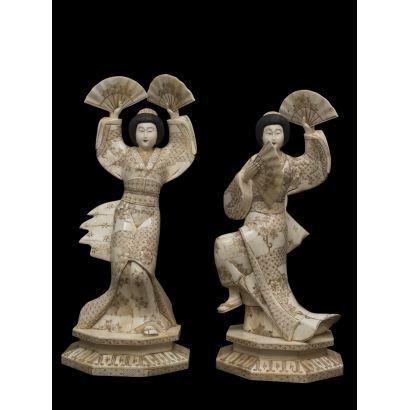 Pareja de esculturas de hueso, China, S. XX.