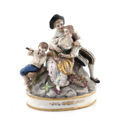Porcelana. Grupo escultórico en porcelana francesa, siglo XX. Escena romántica con niño tocando la flauta. Porcelana esmaltada y policromada con toques dorados. Marca en la base. Medidas: 20 x 12 x 16 cm.