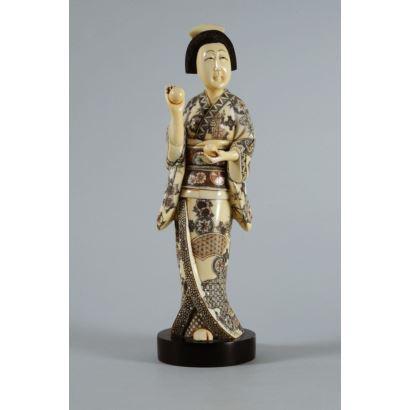 Figura tallada en marfil, Japón, pps. XX.