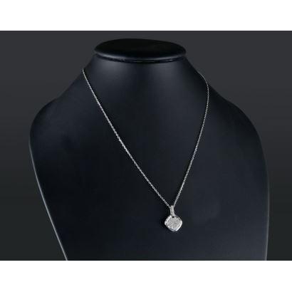 Colgante con cadena de oro blanco, el colgante presenta forma cuadrada polilobulada con brillantes en pavé que suman 0,32cts.