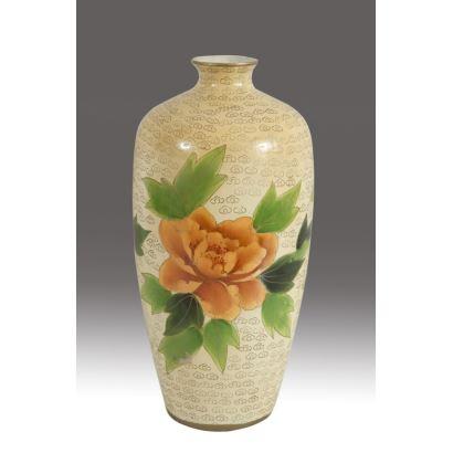 Jarrón en cerámica española esmaltada, siglo XX. Decoración floral alrededor del cuerpo. Altura: 36 cm.