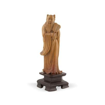 Figura tallada en piedra sobre peana.
