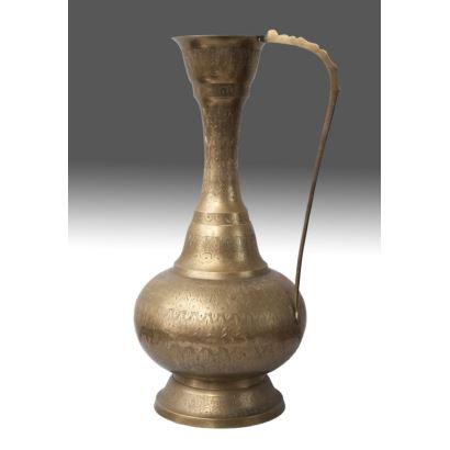 Jarro de bronce cincelado, con cuerpo esférico y largo cuello, rica decoración vegetal. Medidas: 52x25cm.