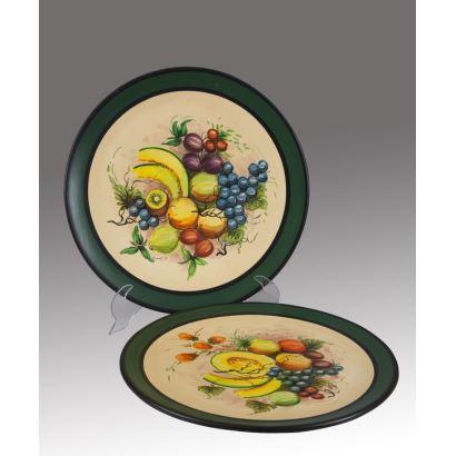 """""""Platos de frutas"""". Varios. Se trata de dos platos de cerámica esmaltada con ornamentación de frutas. Están firmados por J.Haro.  Medidas: 31 cm de diámetro."""
