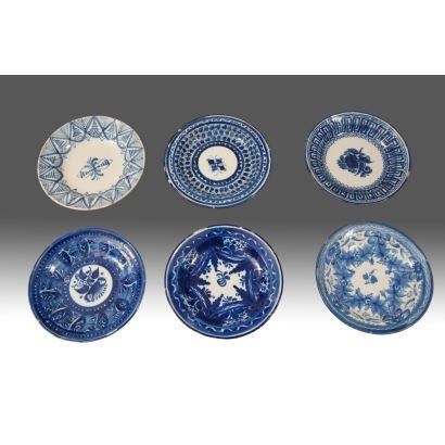 Lote de seis platos de cerámica esmaltada de Maníses del siglo XIX, en tonos blancos y azules. Medidas: 32cm.