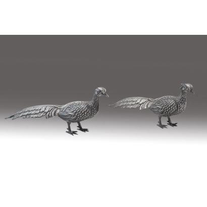 Pareja de faisanes realizados en plata española de ley, siglo XX. Marca de ley en cola. Medidas: 7x16cm.