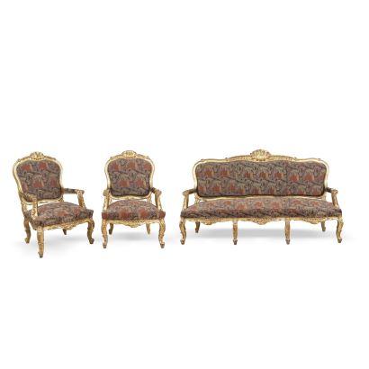 Tresillo estilo Luis XV, S. XIX. Realizado en madera tallada y dorada. Formado por canapé y dos butacas.  Medidas canapé: 110 x 203 x 85 cm. Medidas butacas: 110 x 73 x 70 cm.