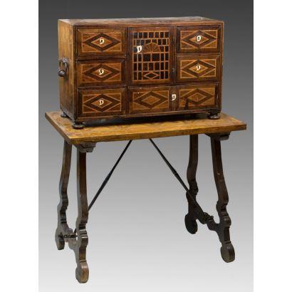 Bargueño, S. XVIII. En madera de nogal con marquetería y hueso.  Escritorio: 41 x 64 x 27 cm. Mesa: 62,5 x 48,5 x 75 cm.