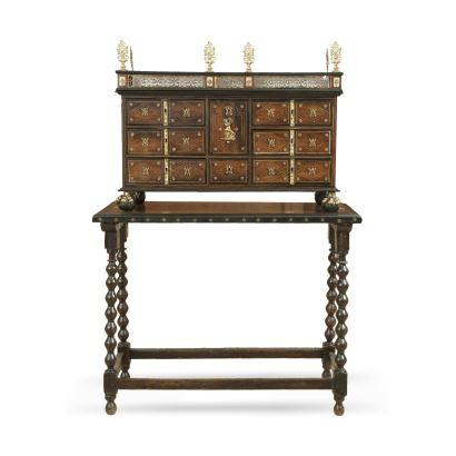 Bargueño, S. XVII. En madera de nogal, parcialmente ebonizada, placas de hueso y aplicaciones en bronce dorado. Medidas barqueño: 69 x 91 x 32 cm. Medidas mesa: 85 x 108 x 42 cm.