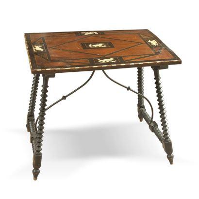 Mesa de bargueño, S. XIX. En madera de nogal parcialmente ebonizada con incrustaciones de hueso. Medidas: 61,5x72x55cm.