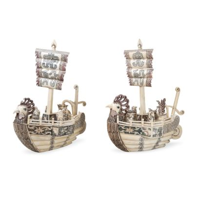 Pareja de barcos chinos realizados en placas de hueso.