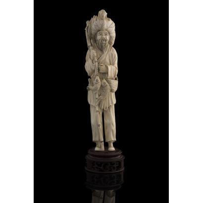 Figura costumbrista tallada en marfil, representa a un pescador chino con gran sombrero, sujetando caña con pescados. Con certificado de antigüedad. Alto: 26,5cm.