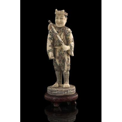 Excepcional figura de marfil  parcialmente policromada, de gusto costumbrista representa a un pescador sonriente portando caña y pescado, gran expresividad. Con certificado de antigüedad. Alto sin peana: 19cm.