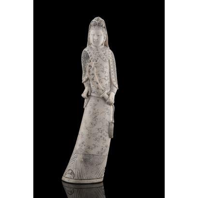 Destacada talla de marfil, representa  a un guerrero oriental portando espada, gran riqueza decorativa en traje. Firma en base. Con certificado de antigüedad. Ato: 30cm.