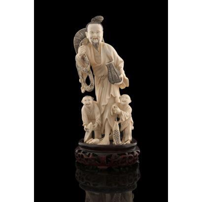 Excepcional talla costumbrista de marfil, representa con gran expresividad a un pescador chino acompañado por dos niños. Con certificado de antigüedad. Medidas sin peana: 20,5x8cm.