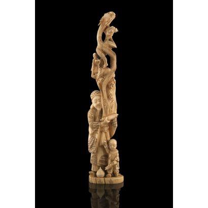 Excepcional grupo alegórico de marfil, representa a un personaje masculino sujetando un rollo del que sale un reptil, a sus pies un niño. Con certificado de antigüedad. Medidas: 31x6,5cm.