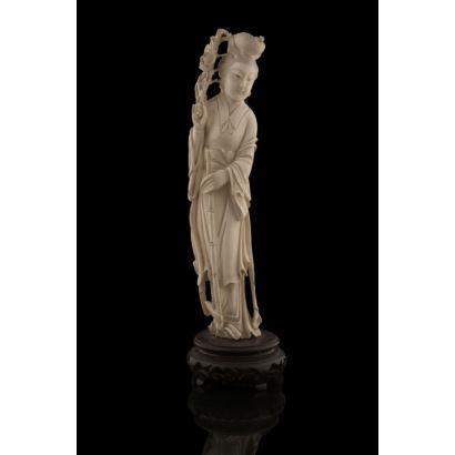 Figura china tallada en marfil sobre peana de madera. pp.s.XX.