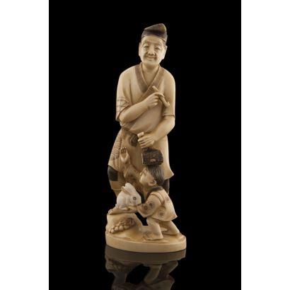 Excepcional figura japonesa tallada en marfil, la pieza costumbrista muestra a un personaje masculino sujetando una pipa y un martillo, a sus pies un niño con un conejo. Con certificado de antigüedad. Marca en base. Alto: 21cm.