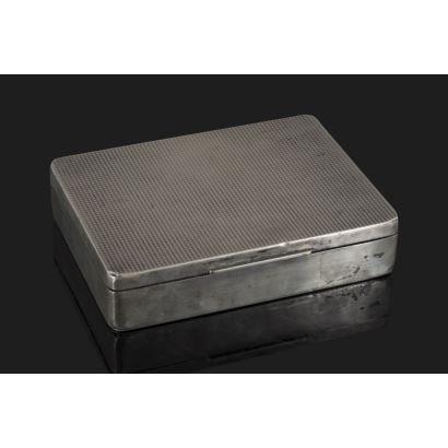 Caja para puros rectangular con tapa abatible realizada en plata con estructura de madera. Medidas: 14x11cm.