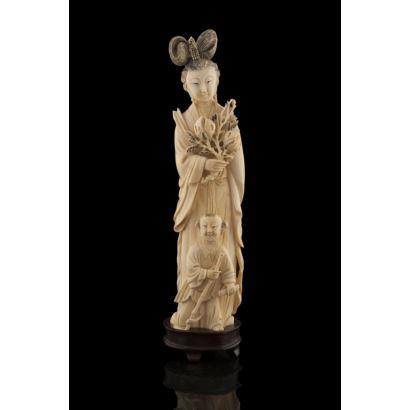 Figura china tallada en marfil sobre peana de madera.