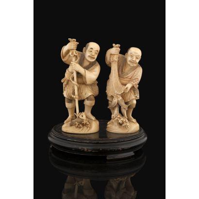 Magnífica pareja de tallas japonesas de marfil sobre peana de madera, representan a una pareja de pescadores de gusto costumbrista de gran realismo y expresividad. Con certificado de antigüedad. Altura sin peana: 14cm.  Con peana: 18x15cm.