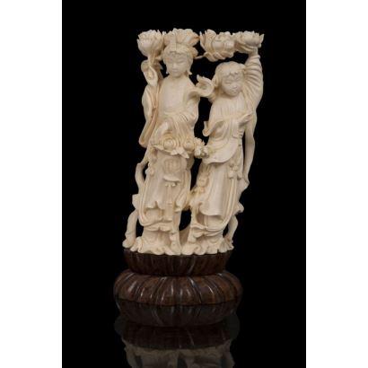 Figuras femeninas chinas tallada en marfil. Ppios. S.XX.