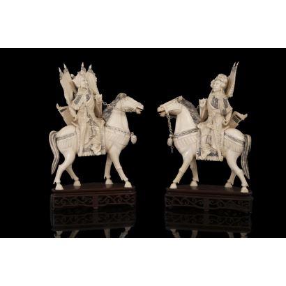 Excepcional pareja de figuras de marfil sobre peana de madera.