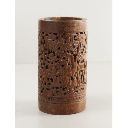 Portapinceles chino tallado en caña de bambú, siglo XIX. Medidas: 14x7cm.