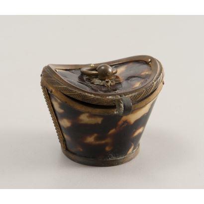Estuche con forma de lingote chino realizado en carey y bronce. China, siglos XVIII-XIX. Medidas: 5x4x4cm.