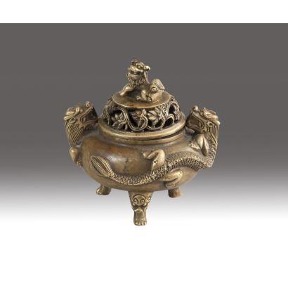 Incensario trípode en bronce, siglo XVIII. Con tapa rematada en león Foo y decoración de dragones chinos. Marcada en el reverso. Medidas: 11 x 10 cm.
